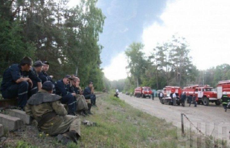 Військову частину біля палаючої нафтобази  окопують ровами та евакуюють людей  (ФОТО)