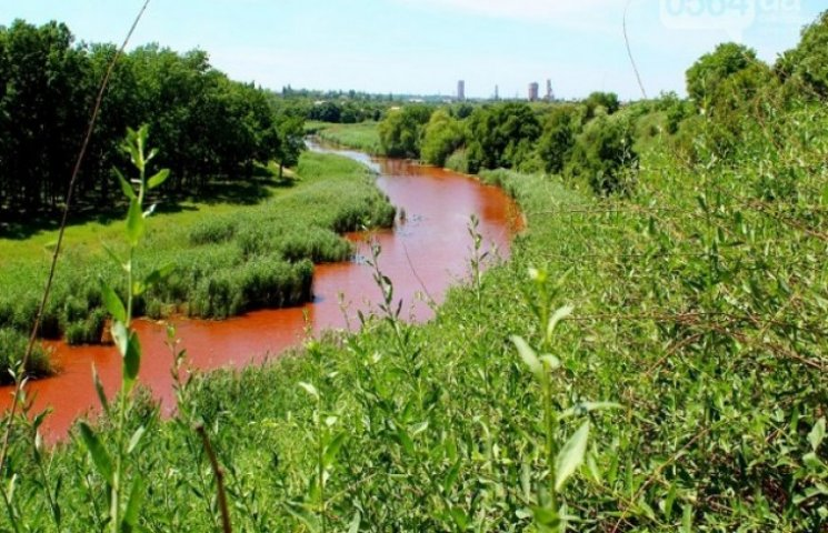 У Кривому Розі раптом почервоніла річка Саксагань (ФОТО)