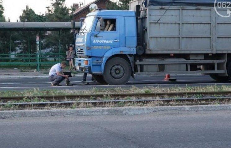 У Маріуполі КамАЗ збив двох пішоходів (ФОТО)