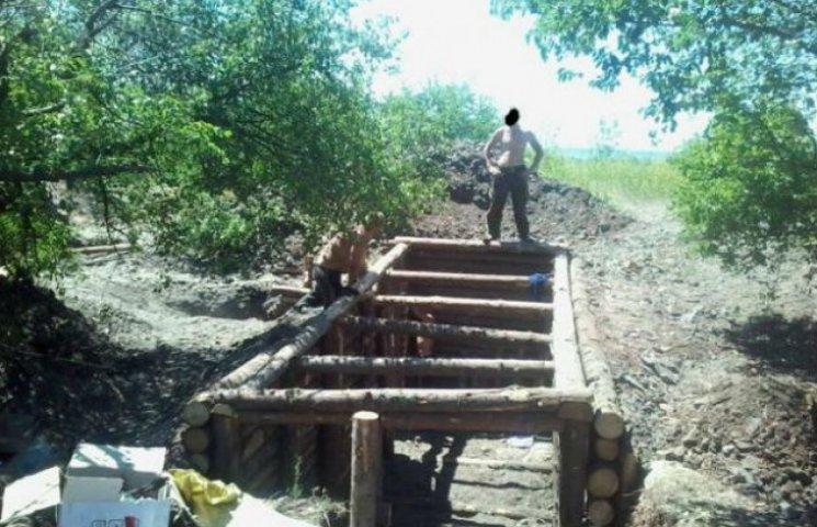 Сумські волонтери допомагають на передовій будувати бліндажі (ФОТОФАКТ)