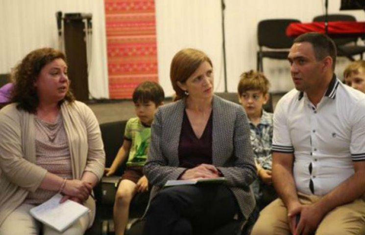 Пауер прибула в Україну і зустрілася з тими, хто опікується переселенцями (ФОТО)