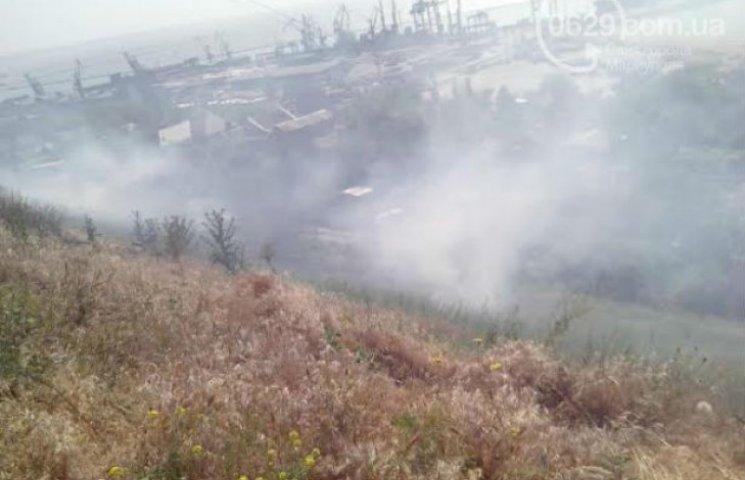 Жителі селища Моряки під Маріуполем задихаються від диму пожежі (ФОТО)