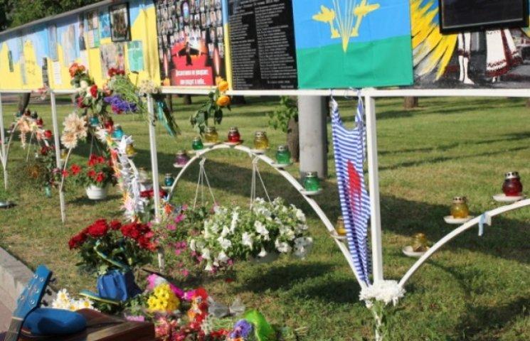 В пам`ять про загиблих в ІЛ-76 десантників у Дніпропетровську розвісили криваві тільняшки (ФОТО)