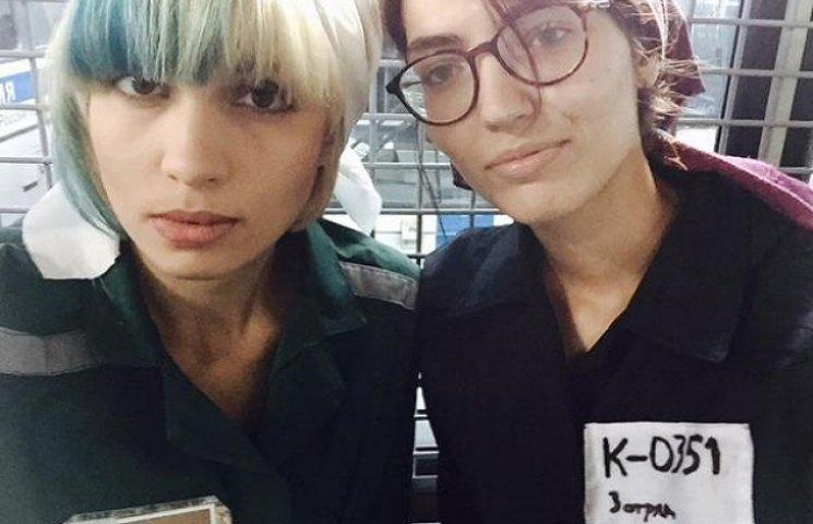 """Московські поліцаї """"запакували"""" в автозак активісток Pussy Riot, які шили прапор Росії (ФОТО)"""