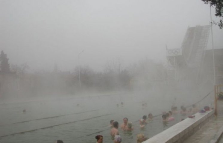 Термальний басейн у Берегові віджимали у стилі 1990-х