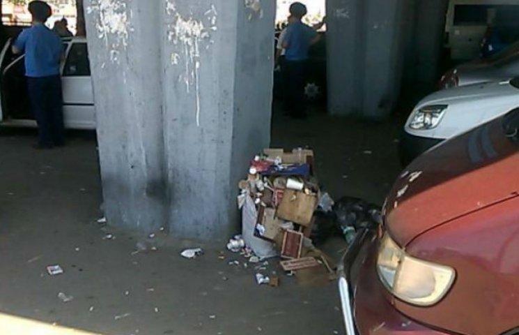 Підходи до станцій метро перетворилися на клоаку (ФОТОФАКТ)
