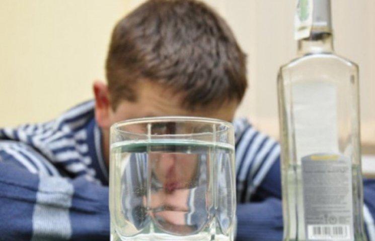 Не розрахував сили: Хлопець потрапив до лікарні, самотужки випивши пляшку горілки