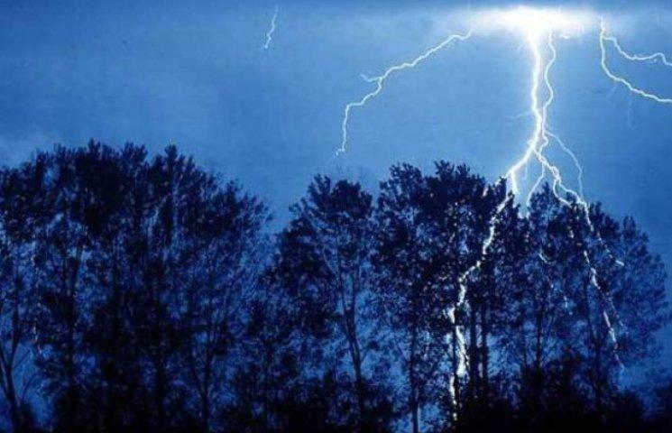 Блискавка знову вразила людей на Закарпатті: Як вберегтися від небезпеки