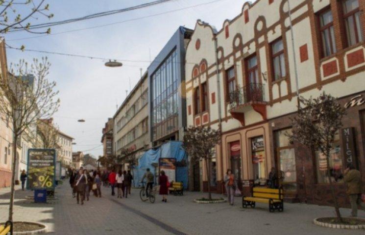 """Архіхалтура по-ужгородськи: """"акваріуми"""" і """"стєкляшки"""" в історичному центрі міста"""