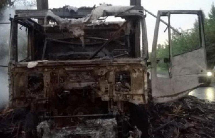 На шляху до Могилева-Подільського згоріла вантажівка з віниками