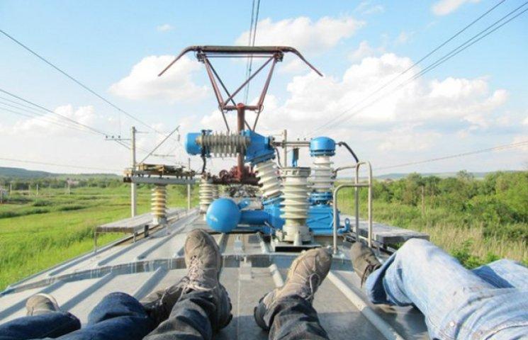 """Мешканець Сумщини, """"подорожуючи"""" на даху вагону поїзду, отримав ураження струмом"""