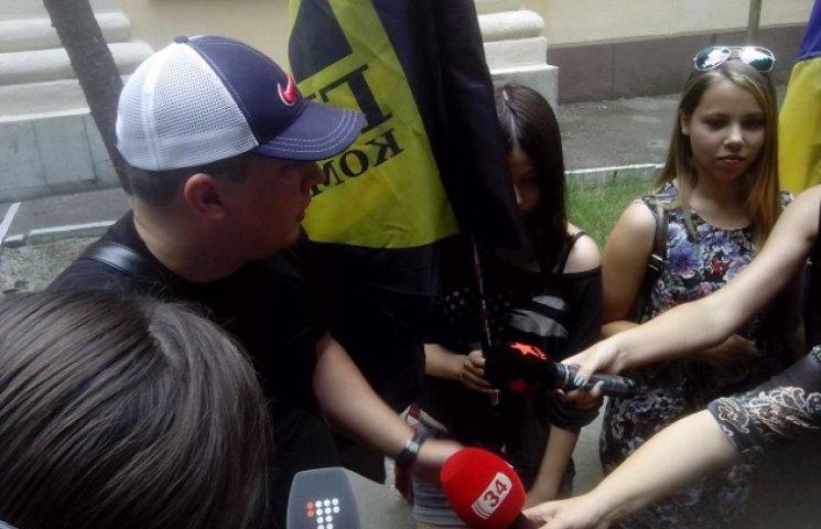 Для пікету Дніпропетровського суду привели неповнолітніх і вимагали узгоджувати плакати (ФОТО)