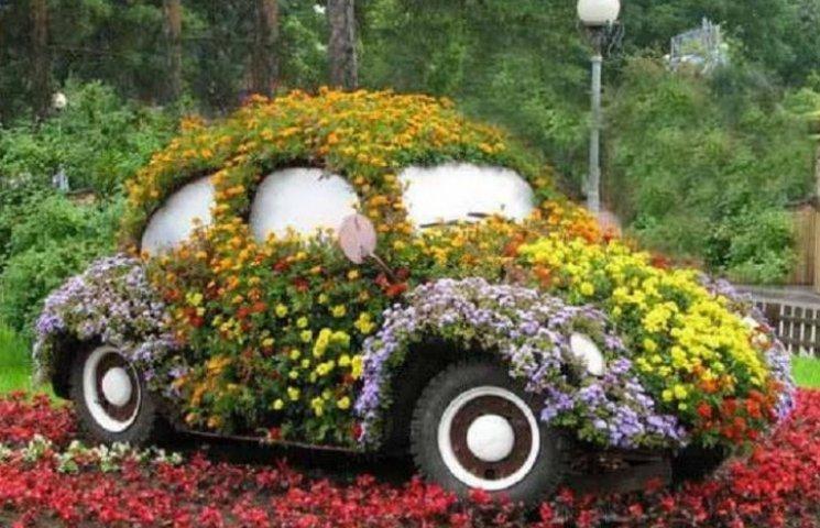 Виїзд з Вінниці прикрашатиме квітник у формі ретро-авто