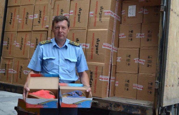 """Cумські митники знайшли у вантажівці """"приховані"""" сім тисяч пар взуття"""