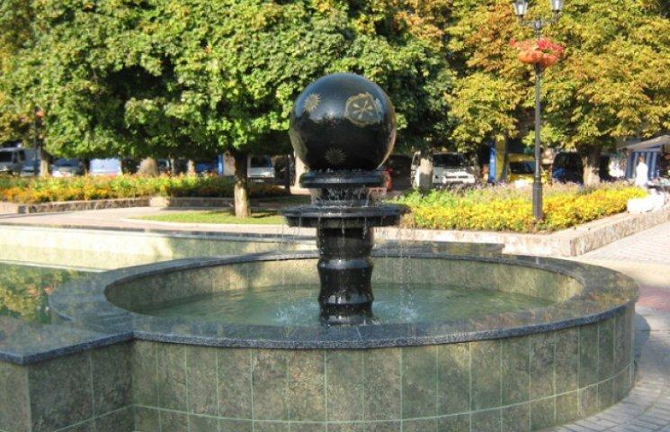 У Хмельницькому фонтан,реконструкцію  якого розпочали торік у сквері Шевченка, сьогодні не працює