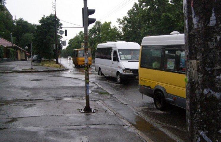 """Злива у Дніпропетровську перетворила вулиці на річки і """"забракувала"""" ливневки"""