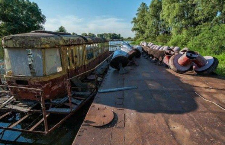 Під Києвом гниє унікальний трамвай на воді (ФОТОФАКТ)