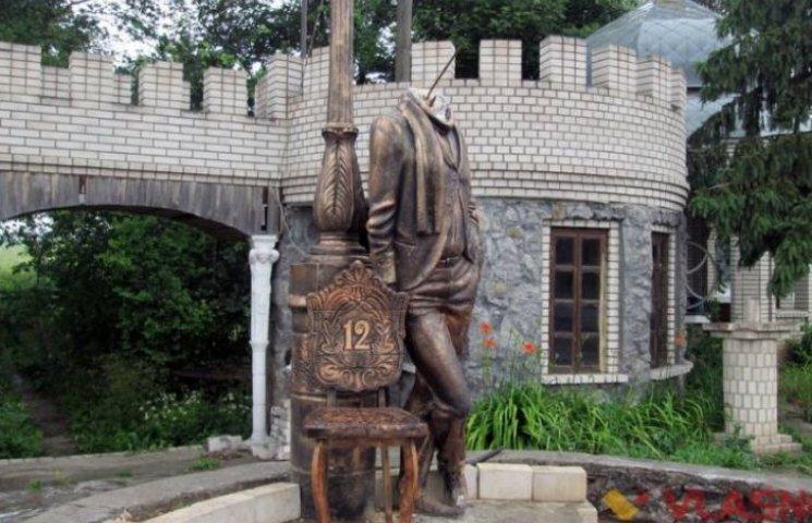 Пам'ятнику Бендеру на Вінниччині відірвали голову