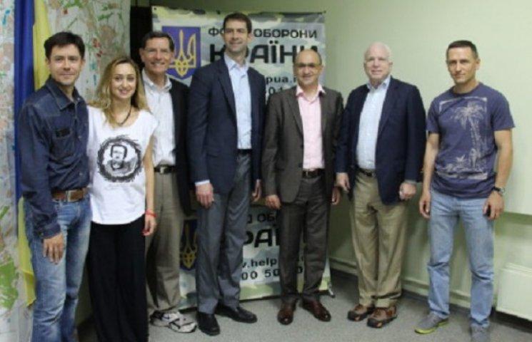 Сенатор Маккейн у Дніпропетровську оцінив роботу волонтерів та добровольчої розвідки (ФОТО)