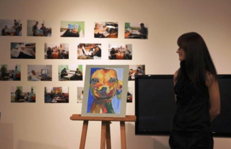 У Дніпропетровську продавали картини, намальовані пораненими бійцями АТО (ФОТО)