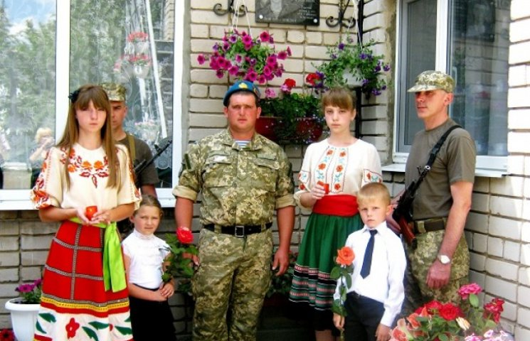 Сотні дніпропетровських шкіл  увічнили захисників України