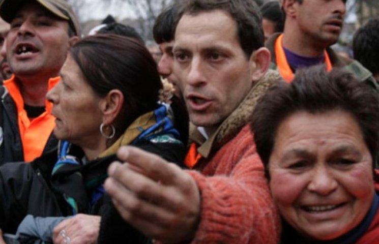 """На Закарпатті голова РДА звернулася до міліції та СБУ - роми """"дістали"""" (ВІДЕО)"""