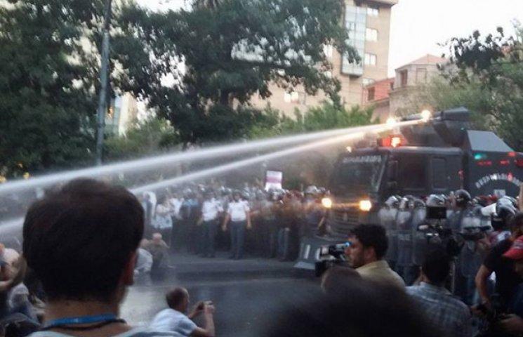 """У Вірменії розігнали """"тарифний майдан"""" (…"""