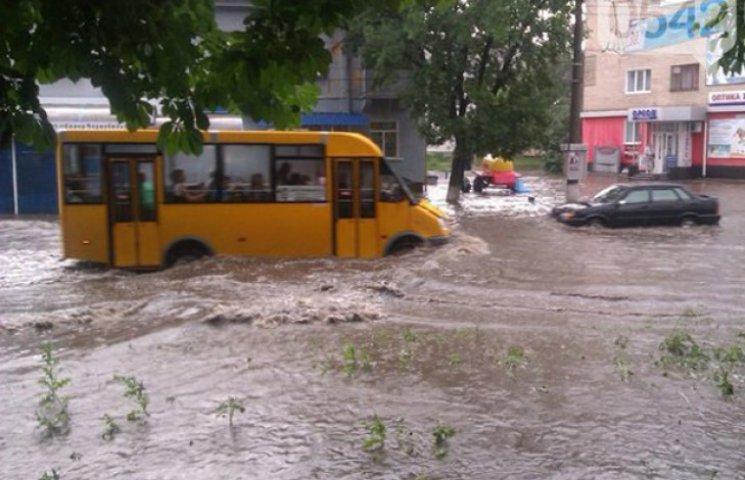 """Дощ у Сумах перетворив автомобілі на """"амфібії"""" (ФОТО. ВІДЕО)"""
