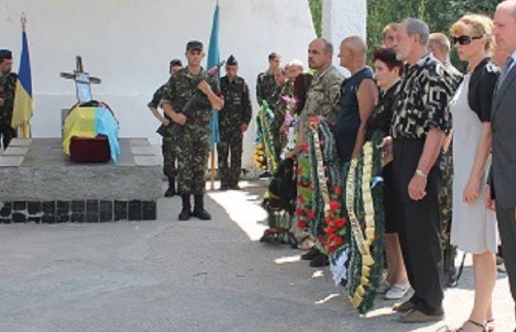 Герої не вмирають! Мелітопольці стоячи на колінах прощалися з загиблим військовим
