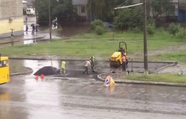 """Дощ іде - вони працюють: У Сумах дорожники впроваджують моду на """"мокрий асфальт"""" (ФОТОФАКТ)"""
