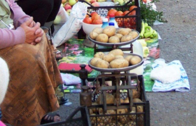 """В Ужгороді """"процвітає"""" несанкціонована стихійна торгівля (ВІДЕО)"""