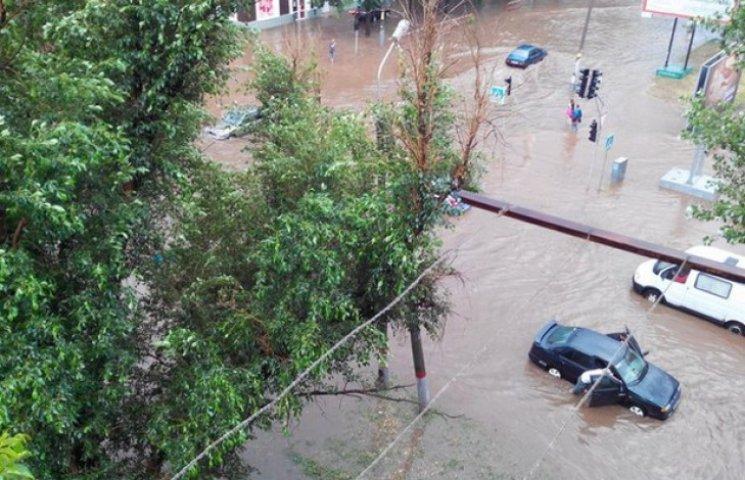 У Кривому Розі буря повикорчовувала дерева та затопила вулиці (ФОТО)