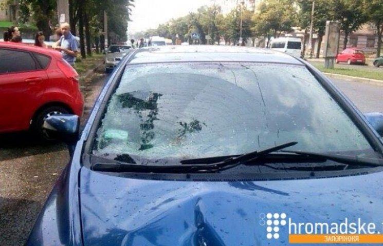 Водій іномарки, який збив дівчат в центрі Запоріжжя, втік пішки з місця ДТП (ФОТО, ВІДЕО)