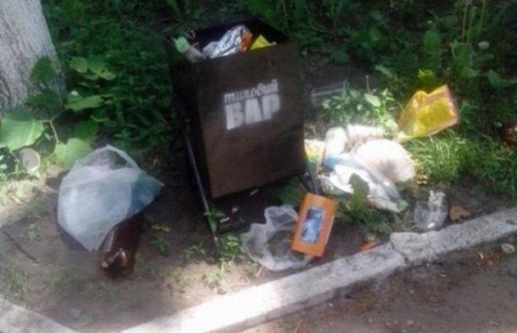 """На Вінниччині """"спиляли під корінь"""" нові сміттєві урни"""