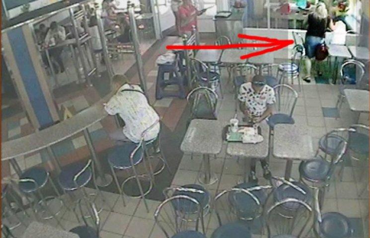 Сумська міліція розшукує жіночку, яка привласнила у Макдональдсі забутий відвідувачкою пакет (ФОТОФАКТ)