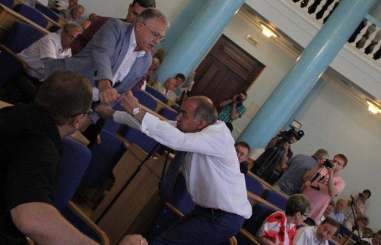 У Вінницькій облраді депутати побилися через шкірвендиспансер (ФОТО)