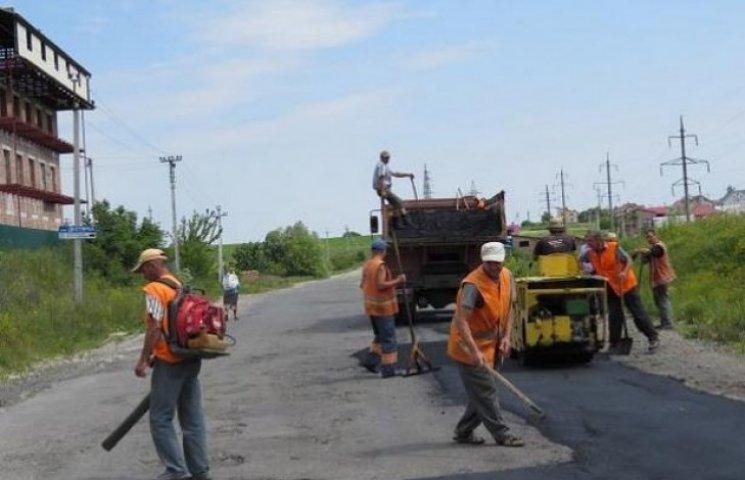 Дорожники Хмельниччини проводять ремонт доріг державного та місцевого значення