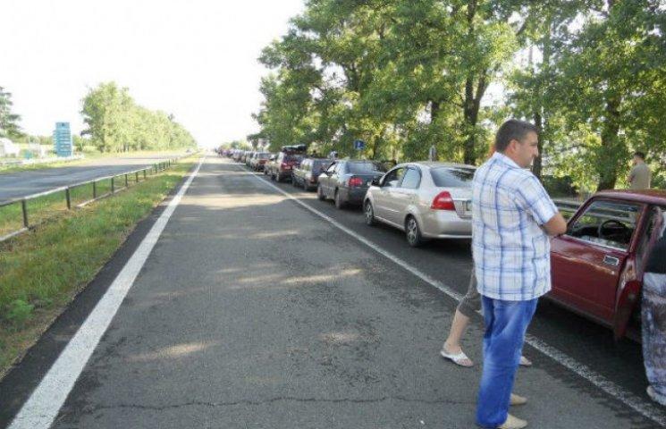 На шляху до окупованого Донецька утворилася 60-кілометрова черга з авто (ФОТО)