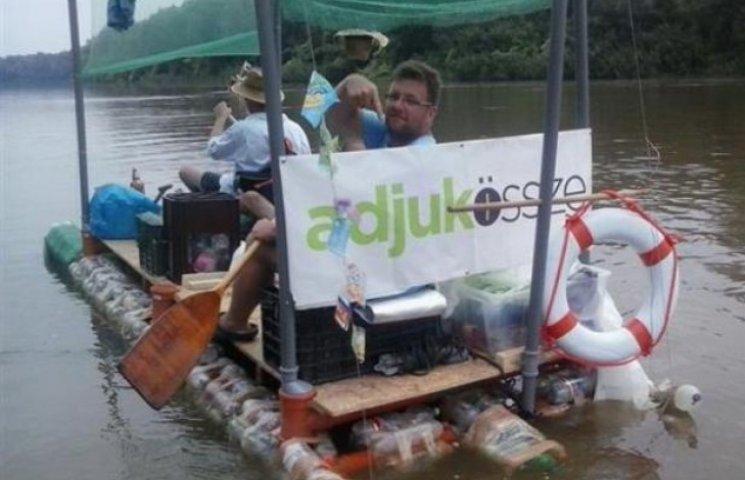 Угорці подорожують Тисою на плотах із закарпатського сміття (ФОТО)