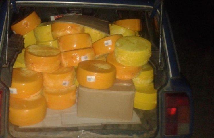 Сумського митника судитимуть за контрабандні поставки сиру до РФ