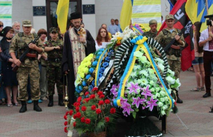 У Маріуполі попрощалися з героєм-розвідником, який забрав з собою чотирьох бойовиків (ФОТО)
