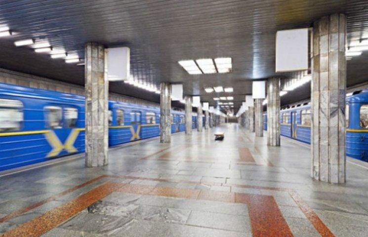 Після подорожчання проїзду в метро кияни чекають у величезній черзі, щоб купити жетон (ФОТОФАКТ)