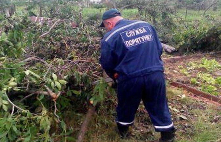 На Дніпропетровщині рятувальники долають наслідки буревію (ФОТО)