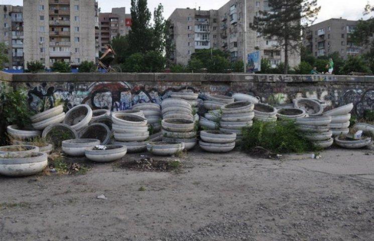 """Дніпропетровські комунальники організували """"кладовище"""" уживаних клумб для """"бідних"""" колег (ФОТО)"""