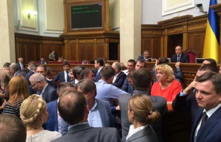 Депутати заблокували трибуну Ради (ФОТО)