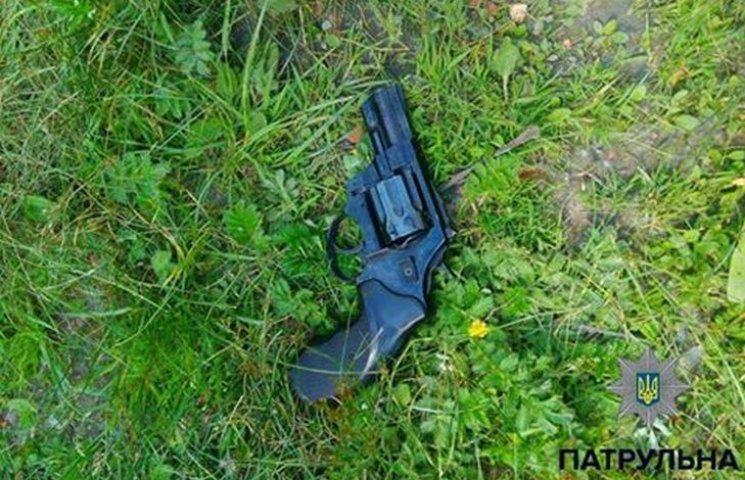 У Хмельницькому розгулював чоловік з пістолетом