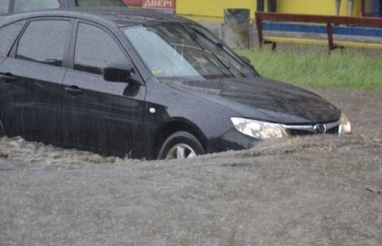Злива у Хмельницькому позбавила чимало водіїв номерних знаків