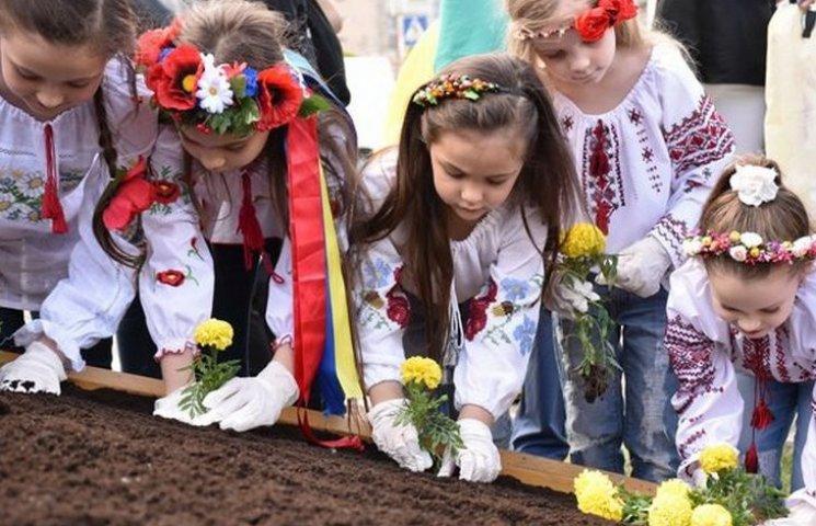 """Маленькі королеви краси висадили """"клумбосмайлик"""" біля набережної"""
