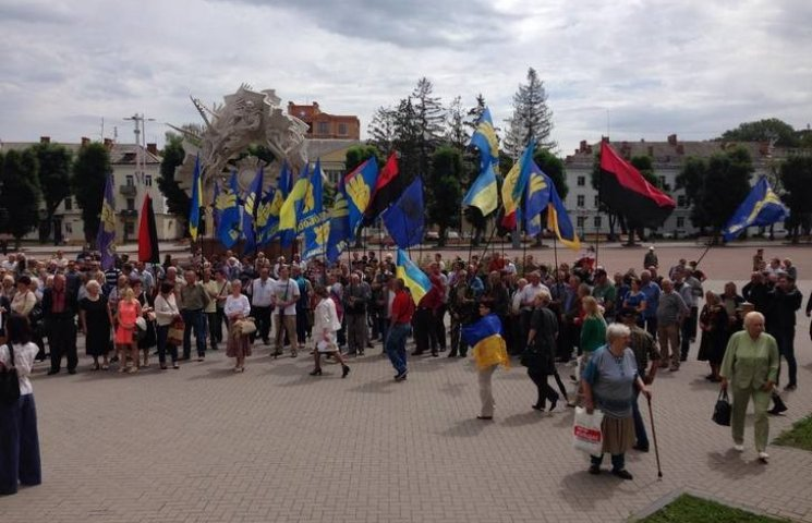 """У Хмельницькому """"свободівці"""" мітингують під облрадою"""