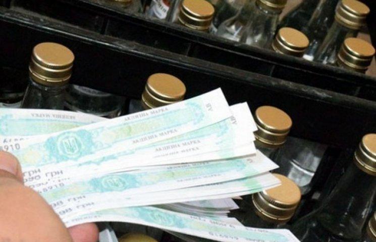 """У Миколаївського підприємця вилучили 6,5 тис. пляшок """"паленої"""" горілки"""